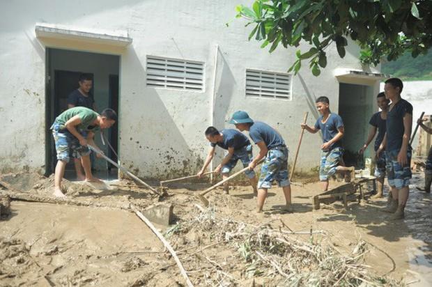 Nha Trang: Thầy cô đón 20-11 trong bùn, người chết vẫn tăng - Ảnh 9.