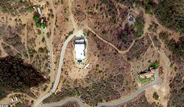 Loạt ảnh vệ tinh về khung cảnh hoang tàn tại nhà Miley Cyrus và nhiều sao khác sau đám cháy rừng ở California - Ảnh 9.