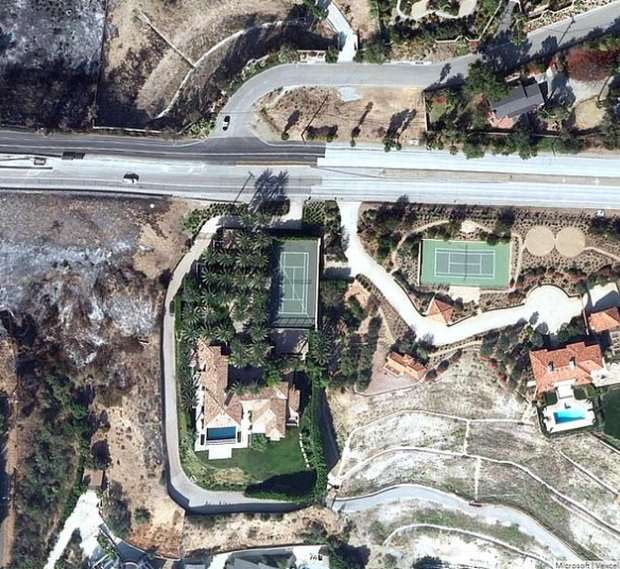 Loạt ảnh vệ tinh về khung cảnh hoang tàn tại nhà Miley Cyrus và nhiều sao khác sau đám cháy rừng ở California - Ảnh 12.