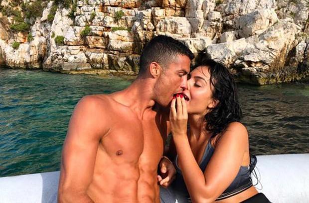 Tình sử đầy thị phi của Cristiano Ronaldo trước khi đính hôn: Từ siêu mẫu Victorias Secret đến tiểu thư nhà giàu lộ băng sex - Ảnh 12.