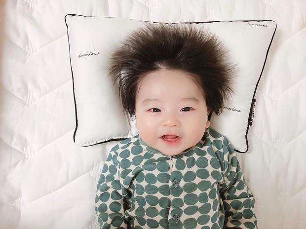 Cậu bé Hàn Quốc với quả đầu chôm chôm đáng yêu đến mức ai cũng muốn đem về nuôi - Ảnh 4.