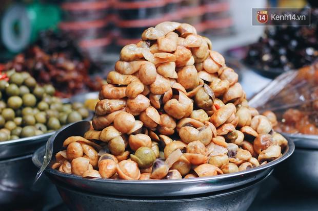 Bên trong khu chợ khét tiếng của Hà Nội là cả một thiên đường ăn uống từ món ăn vặt đến ăn no - Ảnh 4.