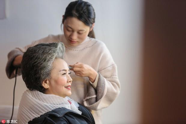 Trung Quốc: Khi cụ bà 71 tuổi vẫn hái ra tiền nhờ làm mẫu ảnh, người ta bắt đầu lo về một nền kinh tế tóc bạc - Ảnh 4.