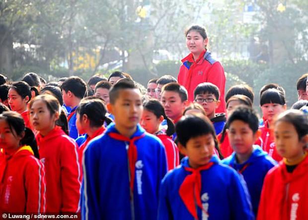 Hậu duệ của Yao Ming: Cô bé 11 tuổi đã cao hơn 2 mét gây sốt MXH Trung Quốc - Ảnh 1.