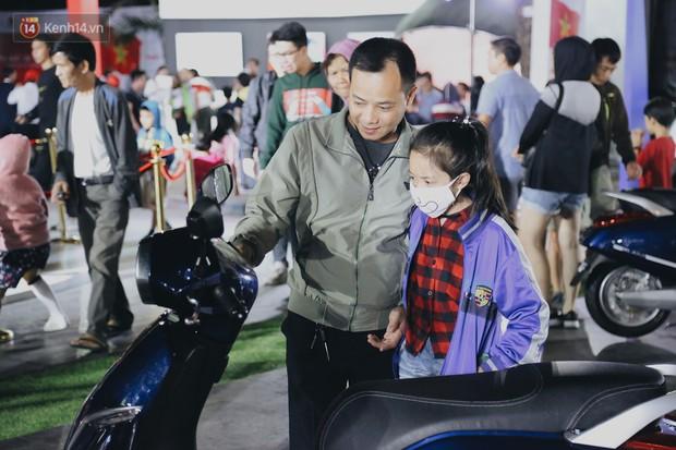 Hơn 2000 đơn hàng đăng kí mua ô tô xe máy VinFast sau 2 ngày: càng về cuối càng đông, quá giờ đóng cửa khách vẫn ùn ùn kéo đến - Ảnh 8.