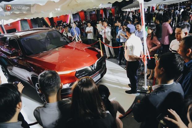 Hơn 2000 đơn hàng đăng kí mua ô tô xe máy VinFast sau 2 ngày: càng về cuối càng đông, quá giờ đóng cửa khách vẫn ùn ùn kéo đến - Ảnh 6.