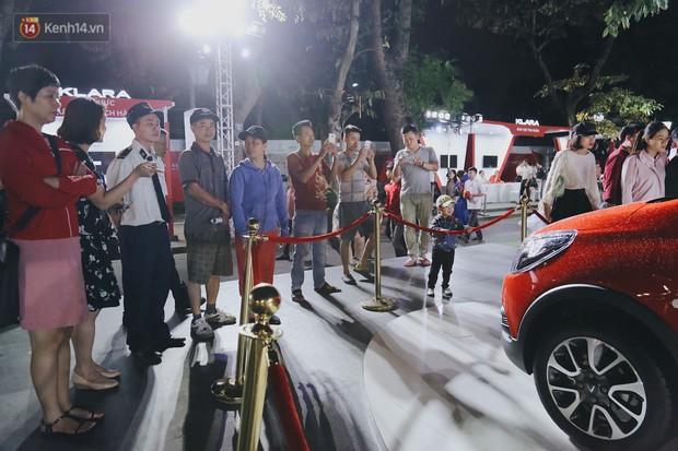 Hơn 2000 đơn hàng đăng kí mua ô tô xe máy VinFast sau 2 ngày: càng về cuối càng đông, quá giờ đóng cửa khách vẫn ùn ùn kéo đến - Ảnh 2.