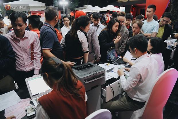 Hơn 2000 đơn hàng đăng kí mua ô tô xe máy VinFast sau 2 ngày: càng về cuối càng đông, quá giờ đóng cửa khách vẫn ùn ùn kéo đến - Ảnh 11.