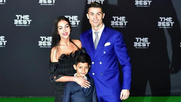 Tình sử đầy thị phi của Cristiano Ronaldo trước khi đính hôn: Từ siêu mẫu Victorias Secret đến tiểu thư nhà giàu lộ băng sex - Ảnh 13.