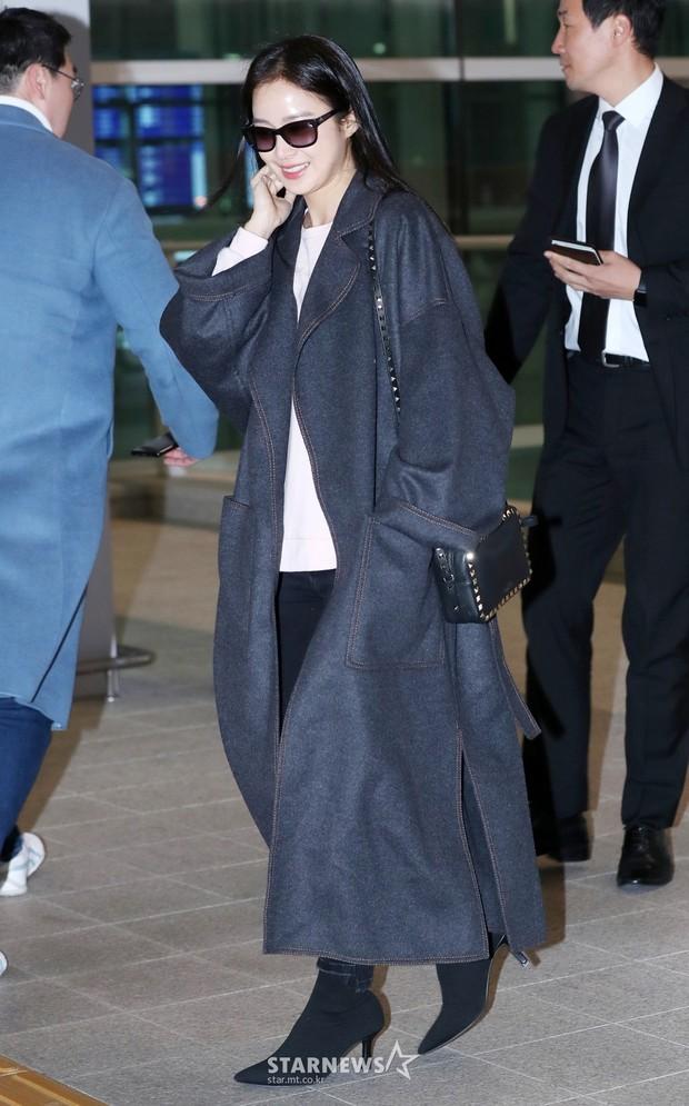 Kim Tae Hee đẹp rạng rỡ trên đường sang Việt Nam, ông xã Bi Rain cũng bất ngờ có mặt tại sân bay - Ảnh 5.