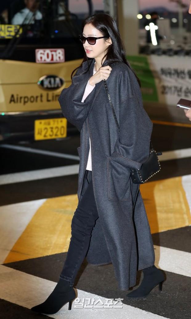 Kim Tae Hee đẹp rạng rỡ trên đường sang Việt Nam, ông xã Bi Rain cũng bất ngờ có mặt tại sân bay - Ảnh 2.