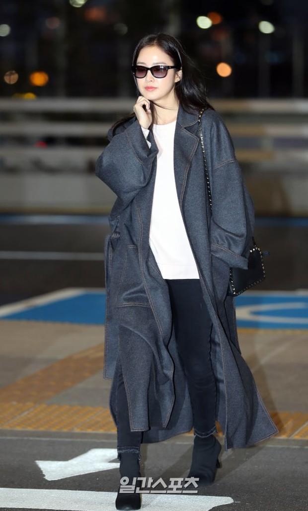 Kim Tae Hee đẹp rạng rỡ trên đường sang Việt Nam, ông xã Bi Rain cũng bất ngờ có mặt tại sân bay - Ảnh 4.