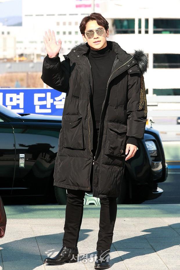 Kim Tae Hee đẹp rạng rỡ trên đường sang Việt Nam, ông xã Bi Rain cũng bất ngờ có mặt tại sân bay - Ảnh 10.