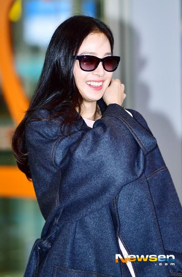 Kim Tae Hee đẹp rạng rỡ trên đường sang Việt Nam, ông xã Bi Rain cũng bất ngờ có mặt tại sân bay - Ảnh 6.