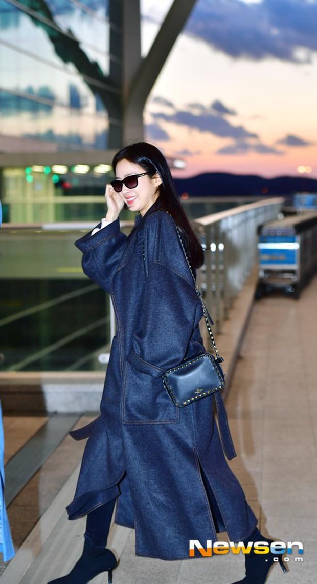 Kim Tae Hee đẹp rạng rỡ trên đường sang Việt Nam, ông xã Bi Rain cũng bất ngờ có mặt tại sân bay - Ảnh 1.
