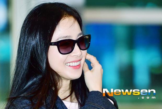 Kim Tae Hee đẹp rạng rỡ trên đường sang Việt Nam, ông xã Bi Rain cũng bất ngờ có mặt tại sân bay - Ảnh 9.