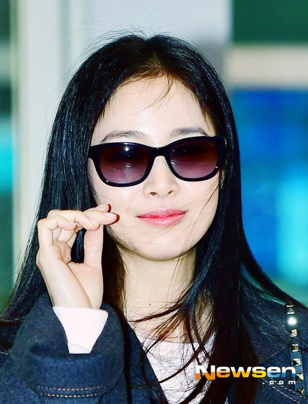 Kim Tae Hee đẹp rạng rỡ trên đường sang Việt Nam, ông xã Bi Rain cũng bất ngờ có mặt tại sân bay - Ảnh 8.