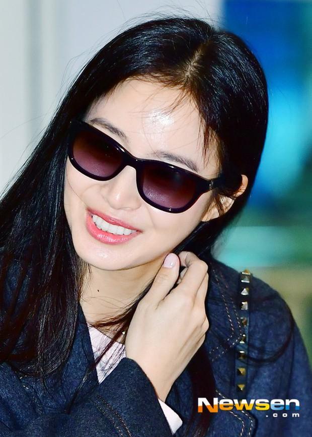 Kim Tae Hee đẹp rạng rỡ trên đường sang Việt Nam, ông xã Bi Rain cũng bất ngờ có mặt tại sân bay - Ảnh 7.
