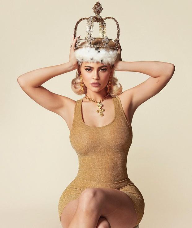 Không chỉ son môi, Kylie Jenner còn bán lịch và quảng cáo bằng bộ ảnh khoe siêu vòng 1 bốc lửa - Ảnh 1.
