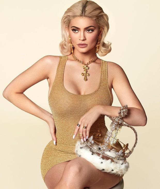 Không chỉ son môi, Kylie Jenner còn bán lịch và quảng cáo bằng bộ ảnh khoe siêu vòng 1 bốc lửa - Ảnh 3.
