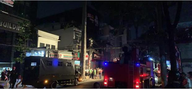 Sập giàn giáo công trình ở trung tâm Sài Gòn, 1 người tử vong và nhiều nạn nhân bị vùi lấp - Ảnh 1.