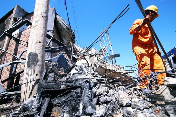 Hiện trường đổ nát sau vụ cháy kinh hoàng ở Bình Phước khiến 6 người tử vong, trong đó có 2 trẻ nhỏ - Ảnh 8.