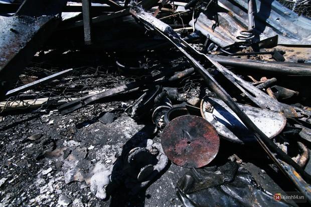 Hiện trường đổ nát sau vụ cháy kinh hoàng ở Bình Phước khiến 6 người tử vong, trong đó có 2 trẻ nhỏ - Ảnh 13.