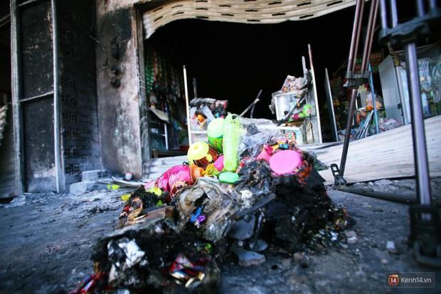 Hiện trường đổ nát sau vụ cháy kinh hoàng ở Bình Phước khiến 6 người tử vong, trong đó có 2 trẻ nhỏ - Ảnh 20.