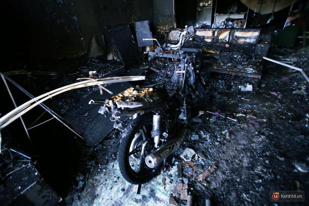 Hiện trường đổ nát sau vụ cháy kinh hoàng ở Bình Phước khiến 6 người tử vong, trong đó có 2 trẻ nhỏ - Ảnh 17.