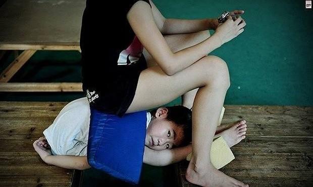 Bên trong những lớp học huấn luyện thể thao, nghệ thuật khắc nghiệt đến kinh hoàng tại Trung Quốc - Ảnh 3.