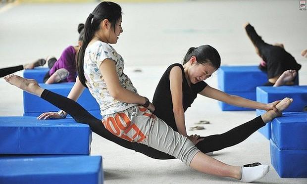 Bên trong những lớp học huấn luyện thể thao, nghệ thuật khắc nghiệt đến kinh hoàng tại Trung Quốc - Ảnh 5.