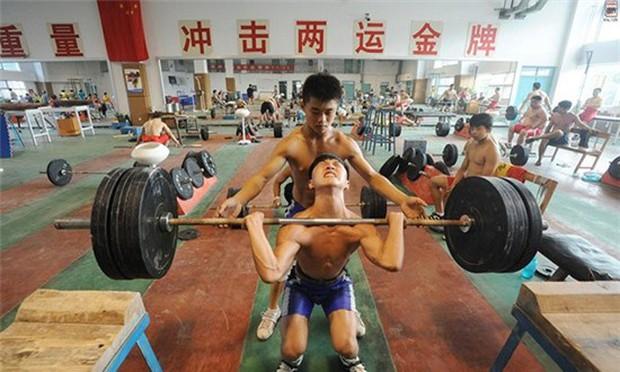 Bên trong những lớp học huấn luyện thể thao, nghệ thuật khắc nghiệt đến kinh hoàng tại Trung Quốc - Ảnh 11.