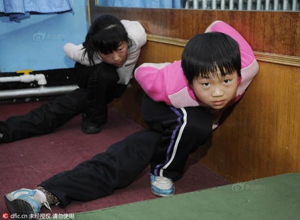 Bên trong những lớp học huấn luyện thể thao, nghệ thuật khắc nghiệt đến kinh hoàng tại Trung Quốc - Ảnh 14.
