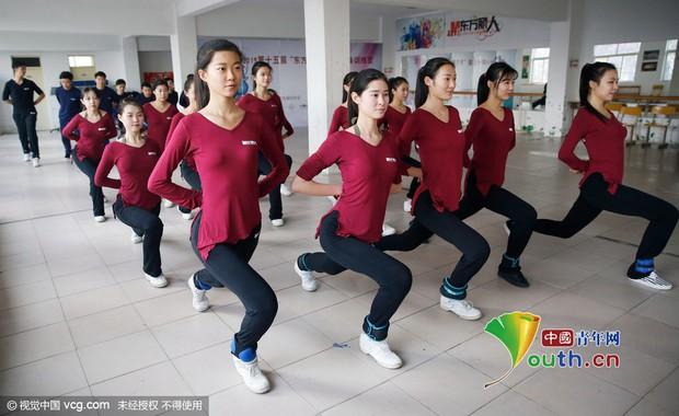 Bên trong những lớp học huấn luyện thể thao, nghệ thuật khắc nghiệt đến kinh hoàng tại Trung Quốc - Ảnh 21.