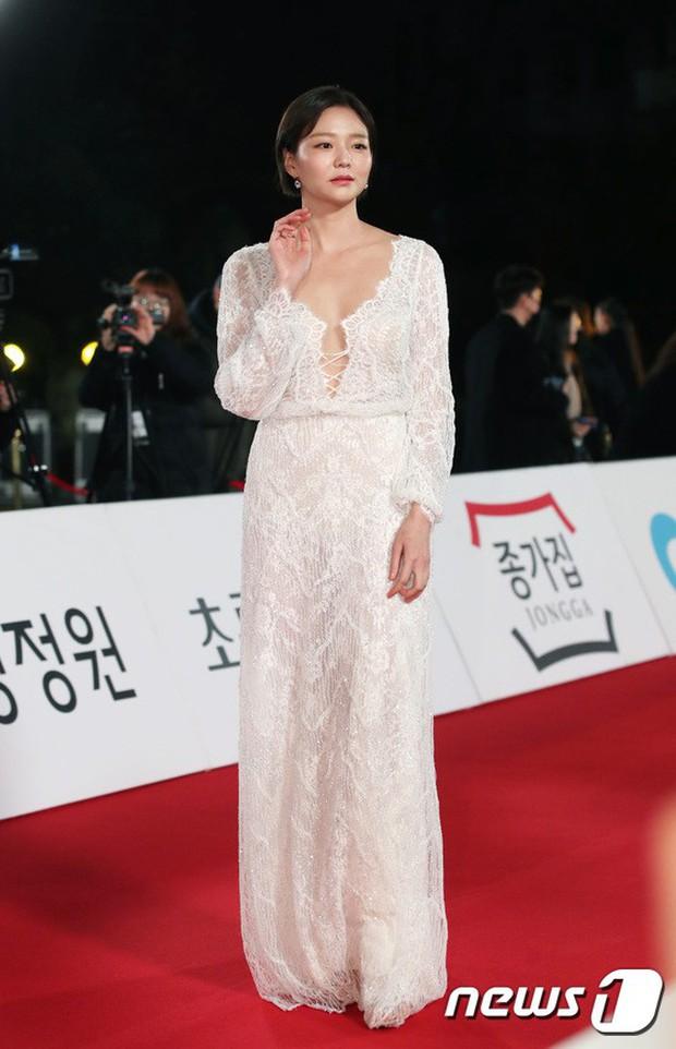 Thảm đỏ Rồng Xanh 2018: Kim So Hyun lấn át cả chị đại nhờ lột xác, Park Bo Young dọa fan giữa dàn siêu sao xứ Hàn - Ảnh 18.