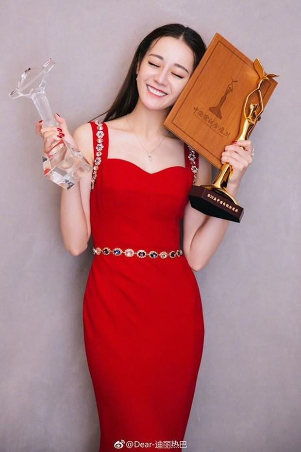 Giữa bão scandal D&G, Địch Lệ Nhiệt Ba bất ngờ xóa bài viết khoe đoạt giải Thị Hậu Kim Ưng vì lý do liên quan - Ảnh 7.