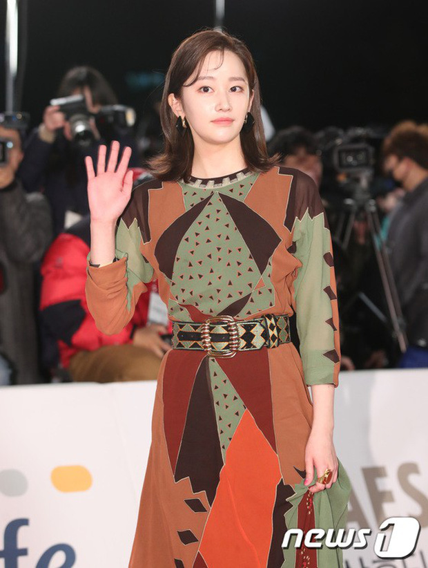 Thảm đỏ Rồng Xanh 2018: Kim So Hyun lấn át cả chị đại nhờ lột xác, Park Bo Young dọa fan giữa dàn siêu sao xứ Hàn - Ảnh 25.