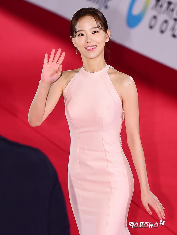 Thảm đỏ Rồng Xanh 2018: Kim So Hyun lấn át cả chị đại nhờ lột xác, Park Bo Young dọa fan giữa dàn siêu sao xứ Hàn - Ảnh 26.