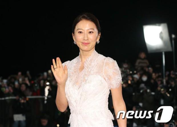 Thảm đỏ Rồng Xanh 2018: Kim So Hyun lấn át cả chị đại nhờ lột xác, Park Bo Young dọa fan giữa dàn siêu sao xứ Hàn - Ảnh 28.