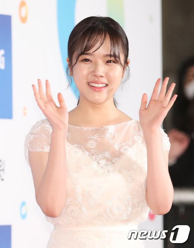 Thảm đỏ Rồng Xanh 2018: Kim So Hyun lấn át cả chị đại nhờ lột xác, Park Bo Young dọa fan giữa dàn siêu sao xứ Hàn - Ảnh 29.