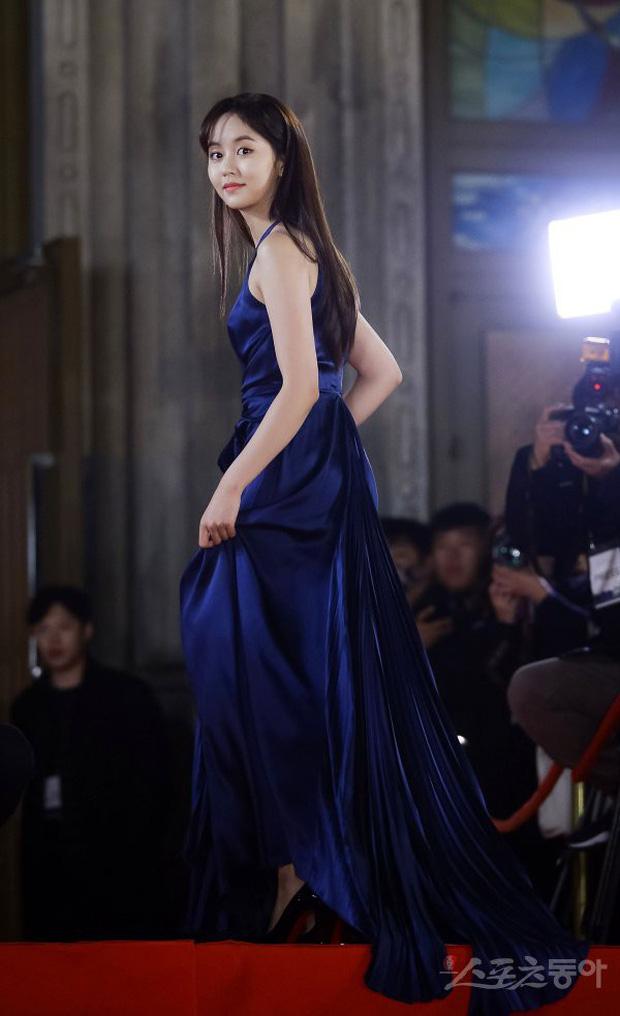 Thảm đỏ Rồng Xanh 2018: Kim So Hyun lấn át cả chị đại nhờ lột xác, Park Bo Young dọa fan giữa dàn siêu sao xứ Hàn - Ảnh 5.