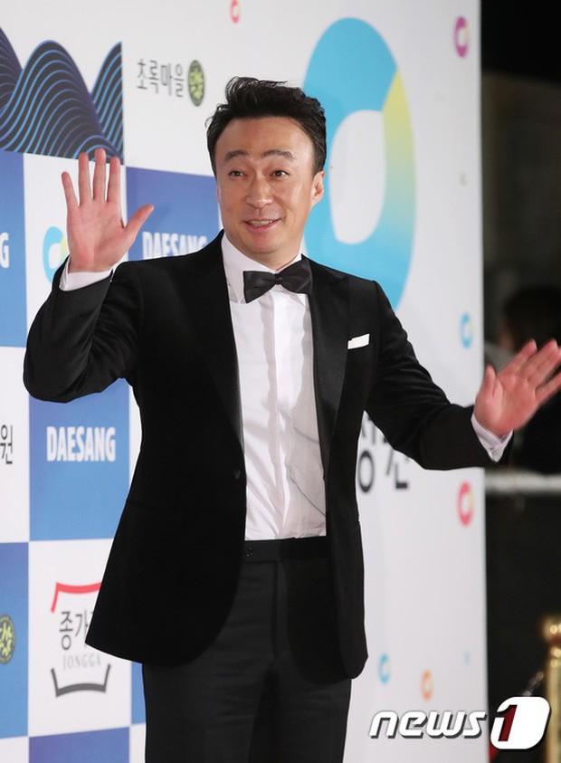 Thảm đỏ Rồng Xanh 2018: Kim So Hyun lấn át cả chị đại nhờ lột xác, Park Bo Young dọa fan giữa dàn siêu sao xứ Hàn - Ảnh 32.