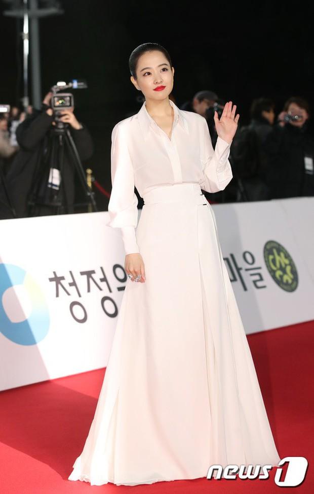 Thảm đỏ Rồng Xanh 2018: Kim So Hyun lấn át cả chị đại nhờ lột xác, Park Bo Young dọa fan giữa dàn siêu sao xứ Hàn - Ảnh 9.