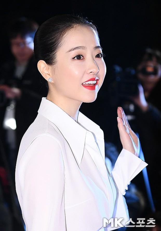 Thảm đỏ Rồng Xanh 2018: Kim So Hyun lấn át cả chị đại nhờ lột xác, Park Bo Young dọa fan giữa dàn siêu sao xứ Hàn - Ảnh 10.