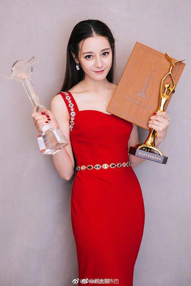 Giữa bão scandal D&G, Địch Lệ Nhiệt Ba bất ngờ xóa bài viết khoe đoạt giải Thị Hậu Kim Ưng vì lý do liên quan - Ảnh 6.