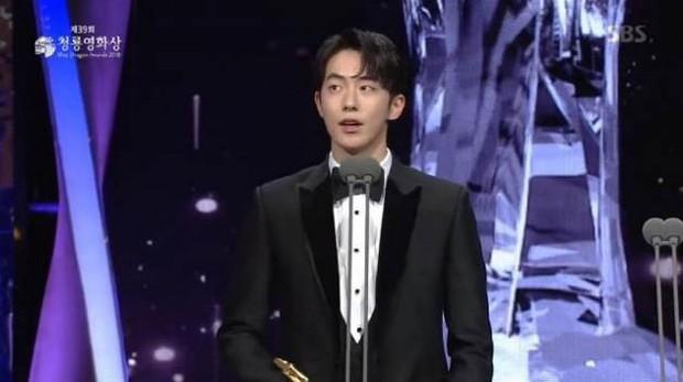 Bất chấp diễn xuất gây tranh cãi, giải thưởng Rồng Xanh danh giá nhất màn ảnh Hàn vẫn gọi tên Nam Joo Hyuk - Ảnh 1.