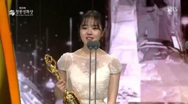 Bất chấp diễn xuất gây tranh cãi, giải thưởng Rồng Xanh danh giá nhất màn ảnh Hàn vẫn gọi tên Nam Joo Hyuk - Ảnh 5.