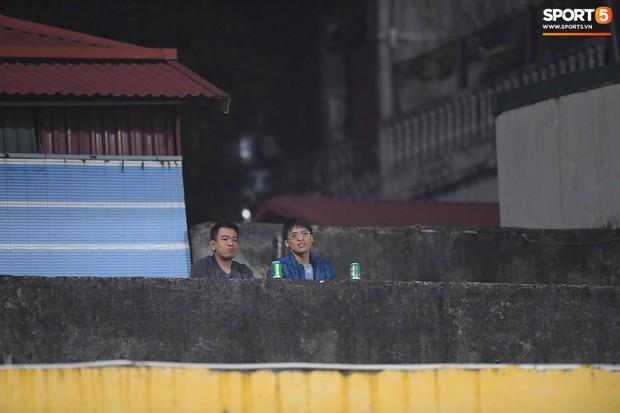 Vì đội tuyển Việt Nam, nhiều CĐV chấp nhận mạo hiểm, vắt vẻo ngồi trên nóc nhà, téc nước - Ảnh 6.