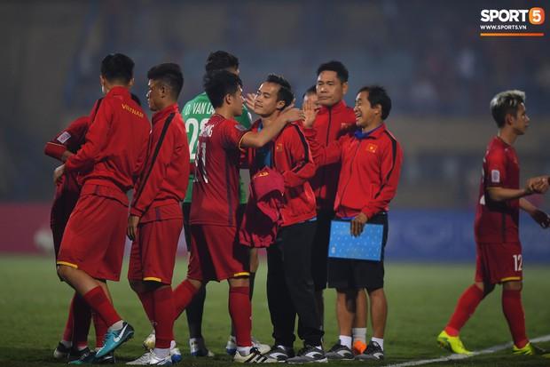 5 cầu thủ Hà Nội xúc động chào cờ trong trận đấu quốc tế cuối cùng tại Hàng Đẫy - Ảnh 7.