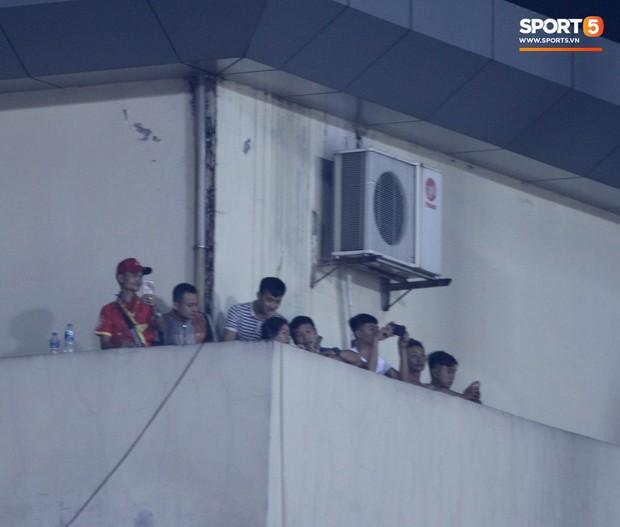 Vì đội tuyển Việt Nam, nhiều CĐV chấp nhận mạo hiểm, vắt vẻo ngồi trên nóc nhà, téc nước - Ảnh 3.